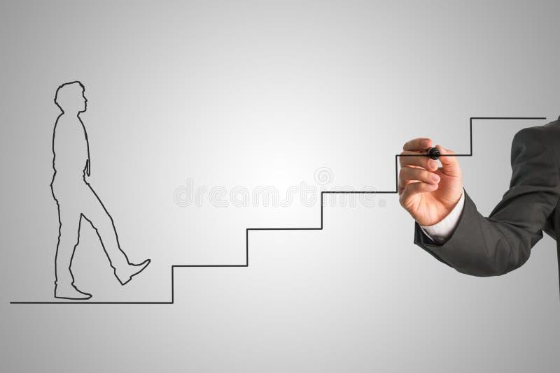 Forme d'un homme d'affaires dans le lien marchant vers le haut des escaliers image libre de droits