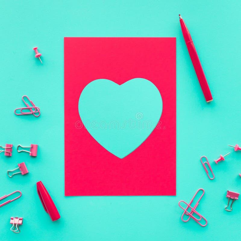 Forme de coeur avec le fond rouge de carte de papier amour, valentine, épousant des concepts photographie stock libre de droits