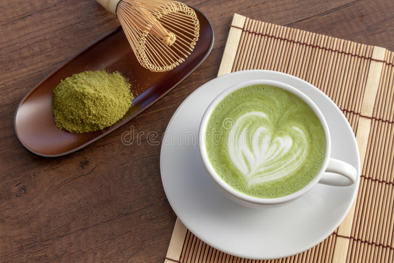 Download Forme De Coeur D'art De Latte De Matcha Sur Le Dessus Sur La Table En Bois Avec Le Certain GR Image stock - Image du préparation, lait: 87707991