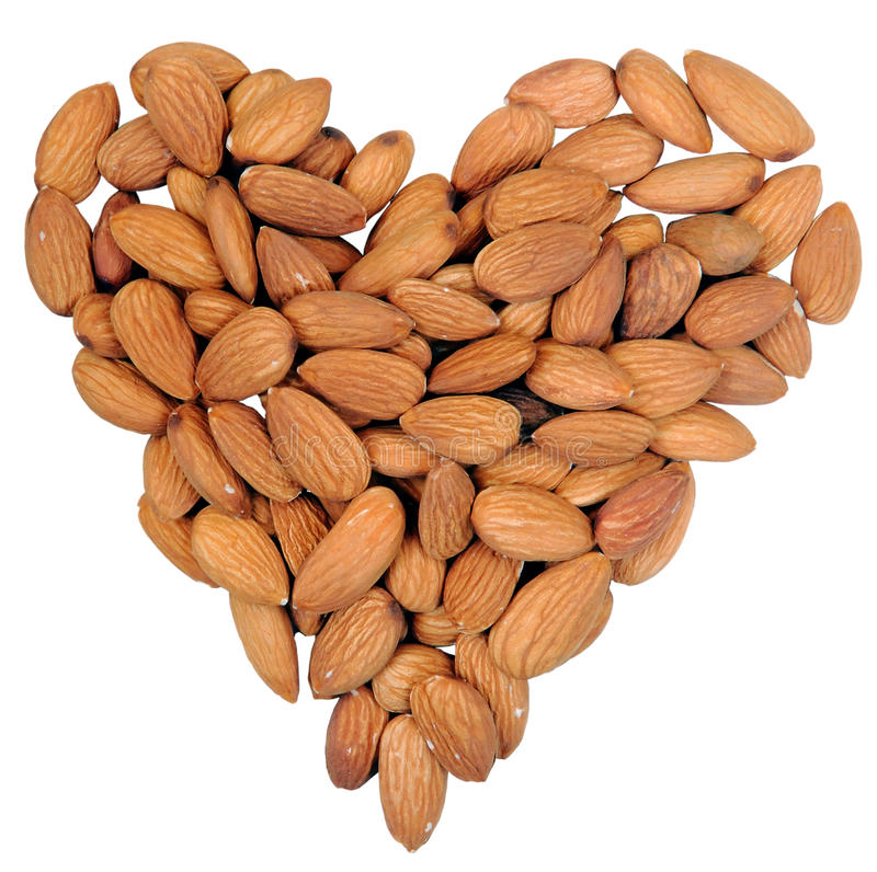 Forme de coeur des noix d'amandes d'isolement sur le blanc. photos libres de droits