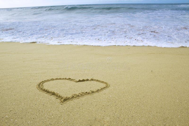 Forme de coeur dessinée sur le sable images libres de droits