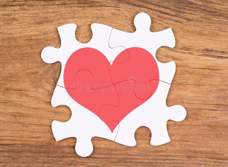 Forme de coeur sur des morceaux de puzzle photo libre de droits