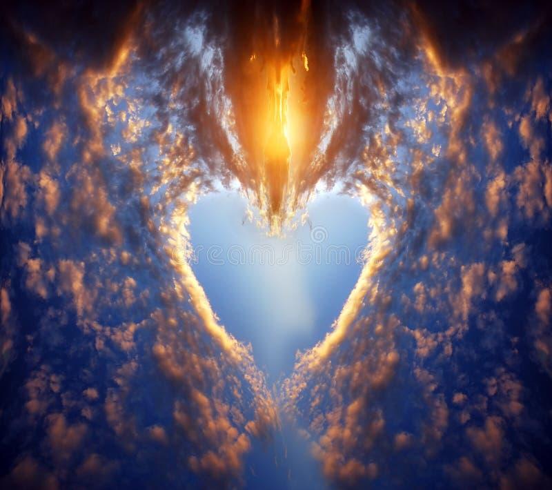 Forme de coeur sur le ciel de coucher du soleil image libre de droits