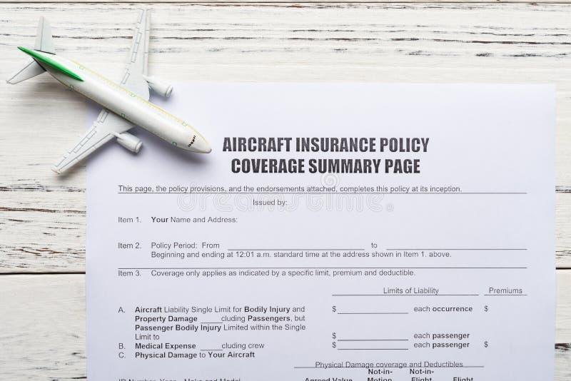 Forme de couverture de police d'assurances d'avions et un concept modèle d'avion d'assurance de voyage image stock