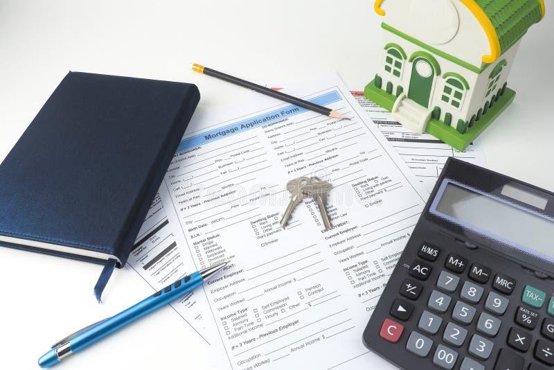 Forme de demande de prêt hypothécaire d'hypothèque, vue supérieure, modèle de maison, carnet, CALC photos stock