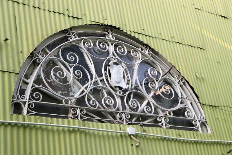 Forme de demi-cercle de maison de rayon du soleil sur le mur de zinc photo libre de droits
