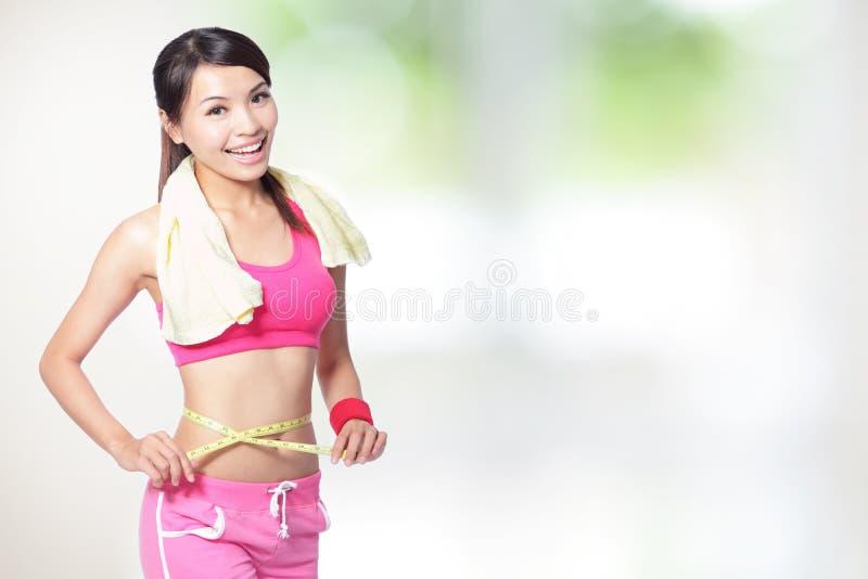 Forme de mesure de sourire de femme de taille photographie stock libre de droits