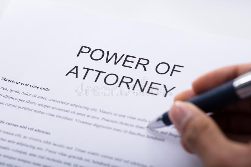 Forme de Person Filling Power Of Attorney image stock
