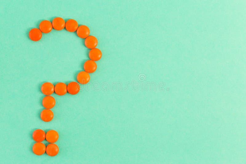 Forme de point d'interrogation faite de comprimés ou pilules image libre de droits