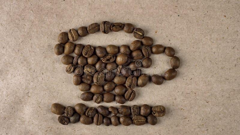 Forme de tasse des grains de café rôtis naturels image stock