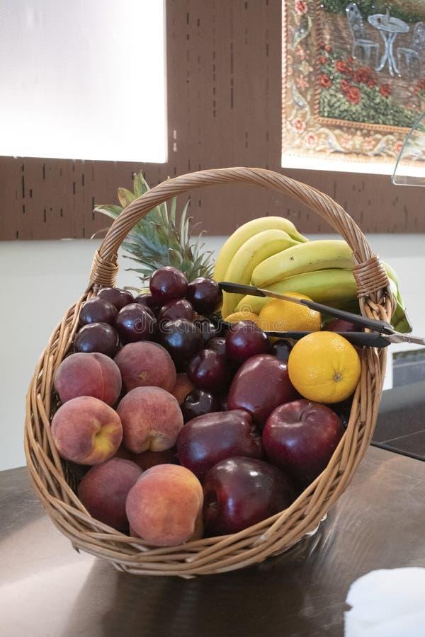 Forme de vue de côté de corbeille de fruits d'un fond brouillé par bouquet photo libre de droits