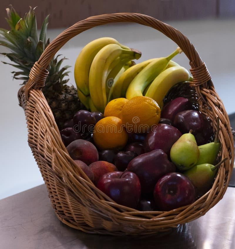 Forme de vue de côté de corbeille de fruits d'un fond brouillé par bouquet images stock