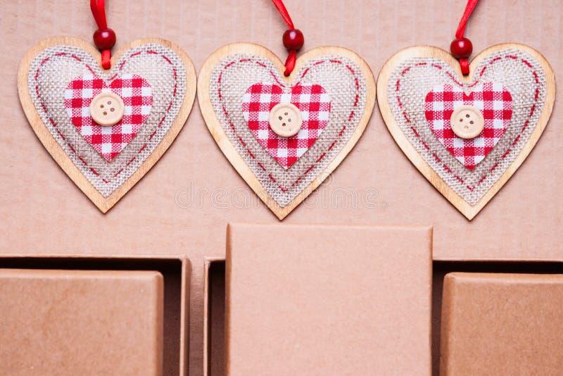 Forme dei contenitori e del cuore di regalo fotografia stock libera da diritti