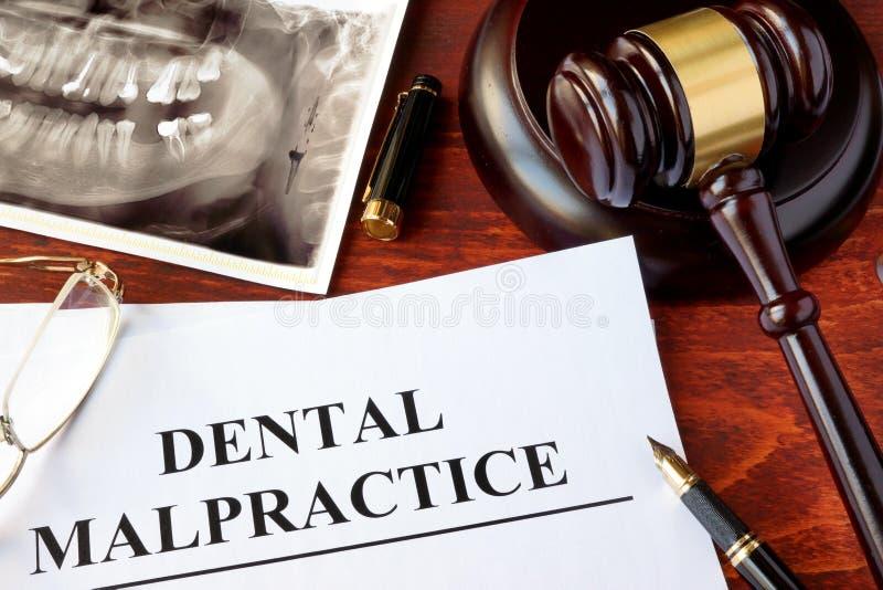 Forme dentaire de malversation, et marteau image stock