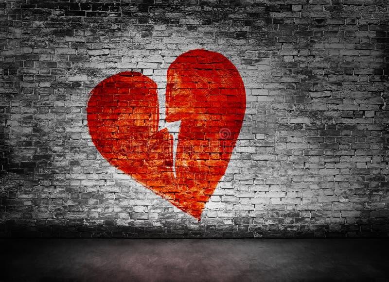 Forme du coeur brisé sur le mur de briques images libres de droits
