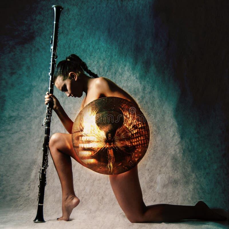 Forme el estudio tirado de mujer hermosa en armadura imagenes de archivo