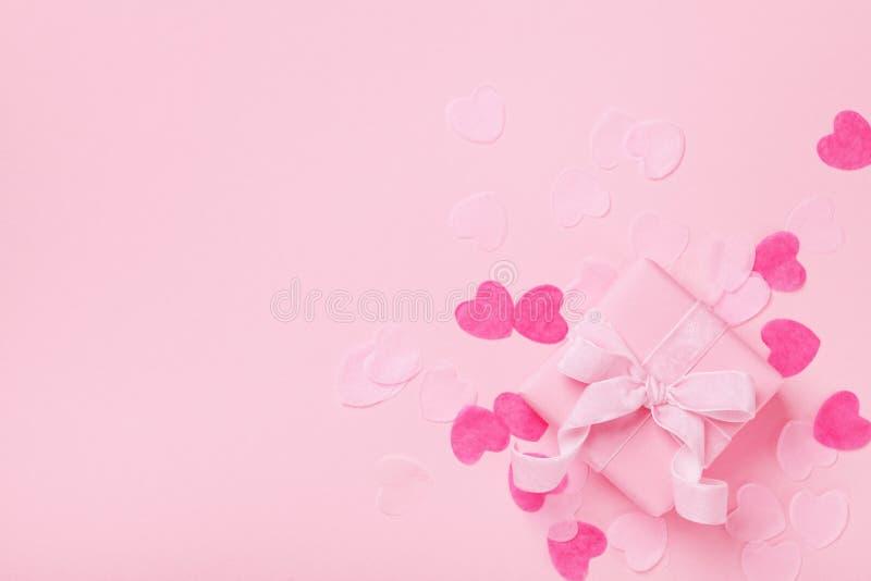 Forme el fondo con el regalo o los actuales corazones del caja y de papel Color en colores pastel rosado Tarjeta para el día de l foto de archivo libre de regalías