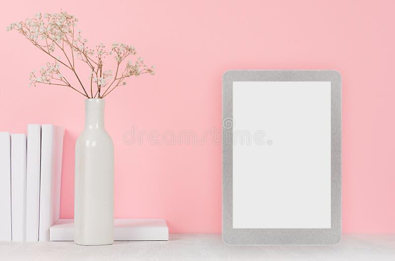 Forme el interior casero con la tableta de tacto de plata con la pantalla en blanco y las flores secas en florero de cerámica, li fotos de archivo