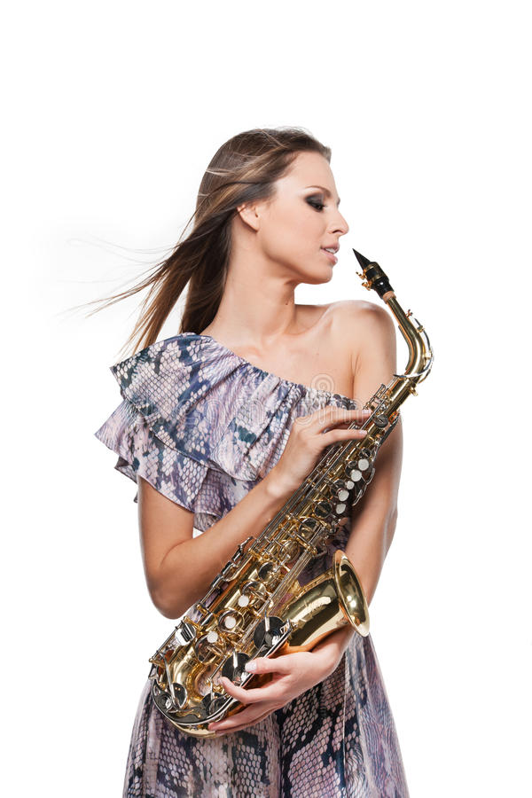 Forme el lanzamiento de la muchacha rubia hermosa que presenta con el saxofón. foto de archivo