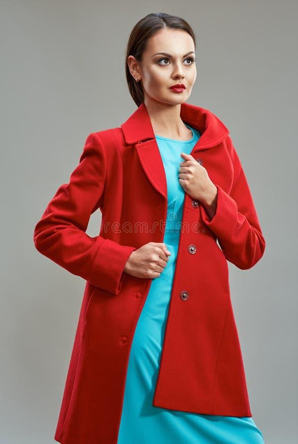 Forme el modelo de la mujer que presenta en fondo aislado gris con rojo fotos de archivo libres de regalías
