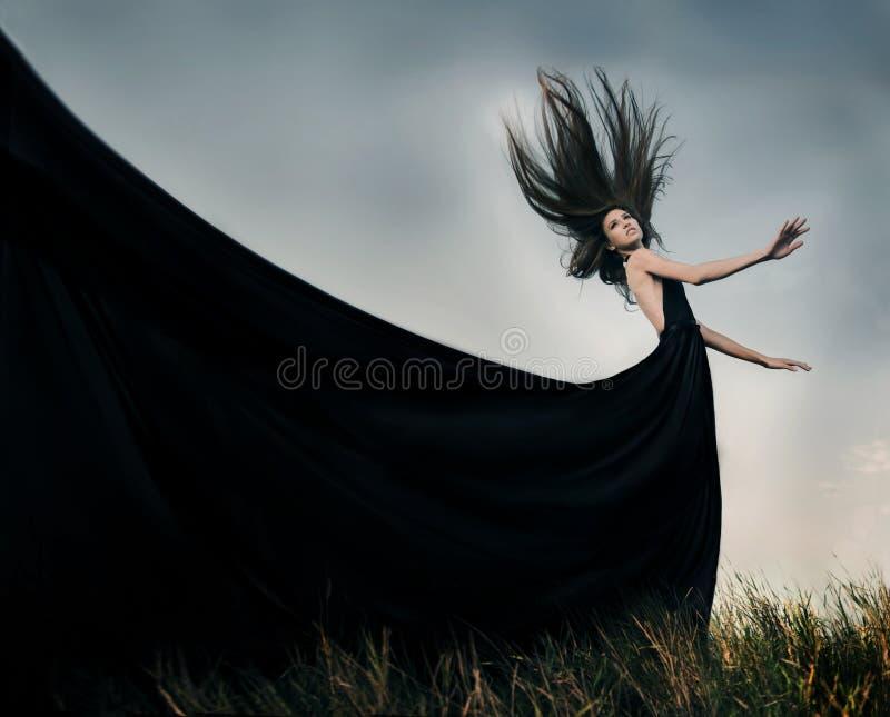 Forme el modelo femenino con el pelo que sopla largo al aire libre fotos de archivo libres de regalías
