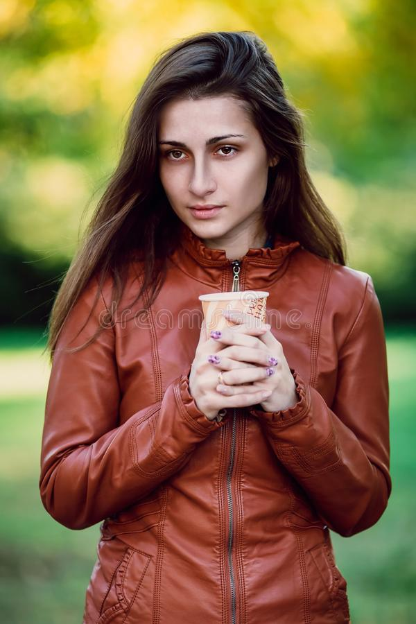 Forme el retrato al aire libre de la mujer larga magnífica del pelo en la chaqueta de cuero marrón - estilo del otoño Chica joven imagen de archivo libre de regalías