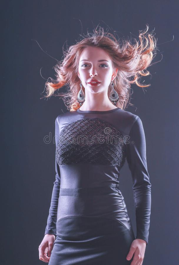 Forme el retrato de Girl modelo hermoso que lleva el vestido negro imagen de archivo libre de regalías