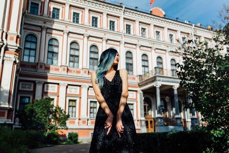 Forme el retrato de la muchacha magnífica con el pelo teñido azul de largo El vestido de cóctel hermoso de la tarde imagen de archivo libre de regalías