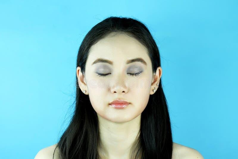 Forme el retrato de la muchacha sensual hermosa con maquillaje brillante fotografía de archivo