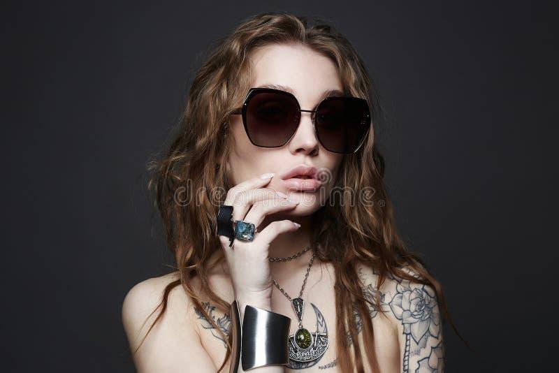 Forme el retrato de la mujer atractiva hermosa con el tatuaje imagen de archivo libre de regalías