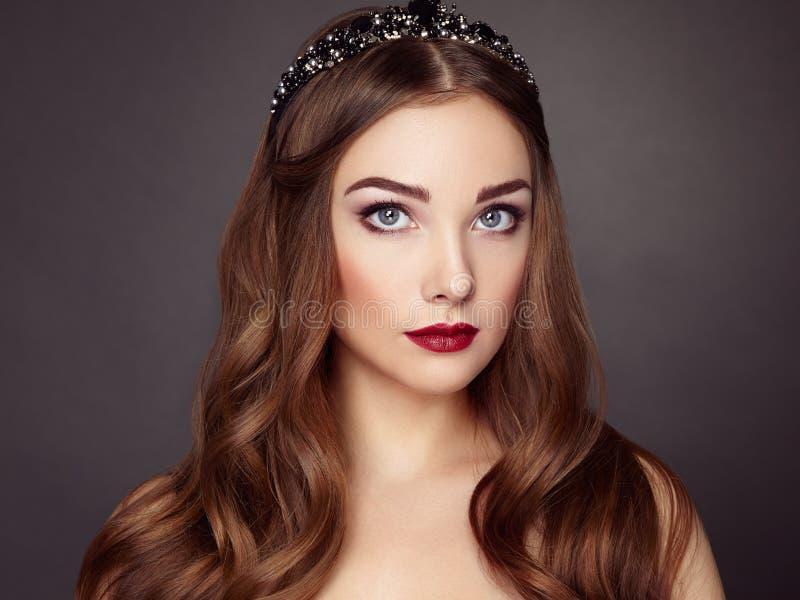 Forme el retrato de la mujer elegante con el pelo magnífico imagenes de archivo