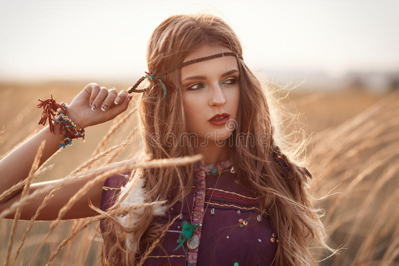 Forme el retrato de la mujer hermosa del hippie en el verano de la puesta del sol foto de archivo libre de regalías
