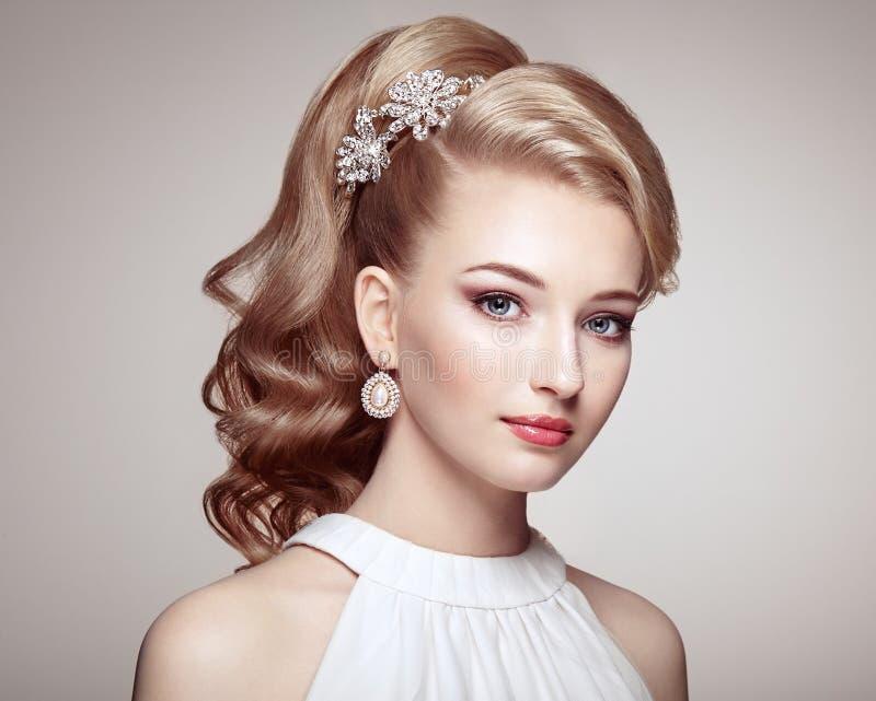 Forme el retrato de la mujer hermosa joven con joyería fotografía de archivo