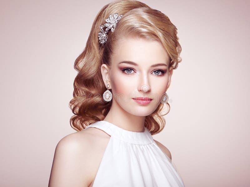 Forme el retrato de la mujer hermosa joven con joyería imagen de archivo libre de regalías