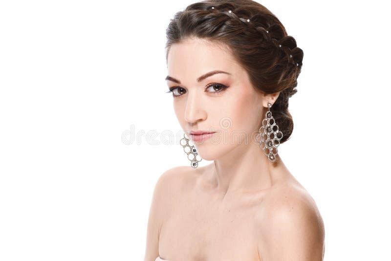 Forme el retrato de la mujer hermosa joven con joyería Muchacha triguena en la chaqueta de cuero Maquillaje perfecto Aislado en e imagenes de archivo