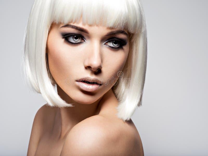 Forme el retrato de la mujer hermosa joven con los pelos blancos y b fotografía de archivo libre de regalías