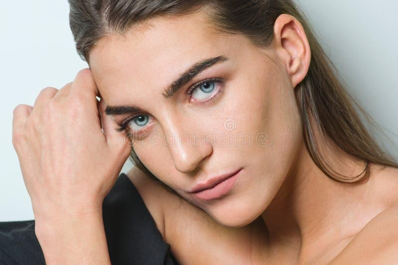 Forme el retrato de la mujer joven de la belleza con la piel limpia, maquillaje natural, ojos azules, de largo pelo sano recto, s fotos de archivo