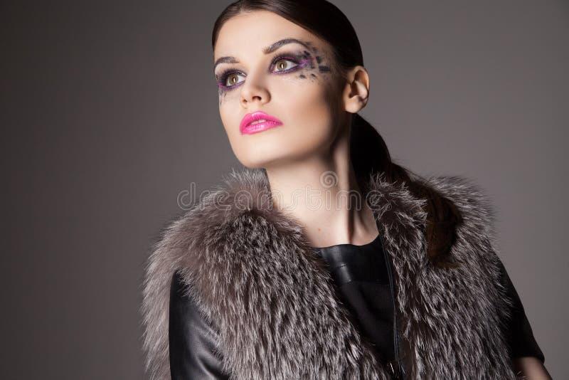 Forme el retrato de la mujer joven con maquillaje creativo imagenes de archivo