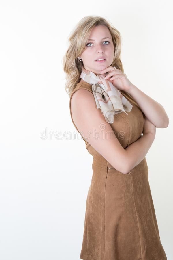 Forme el retrato de la mujer joven hermosa con el pelo rubio Muchacha en vestido marrón en blanco imagenes de archivo