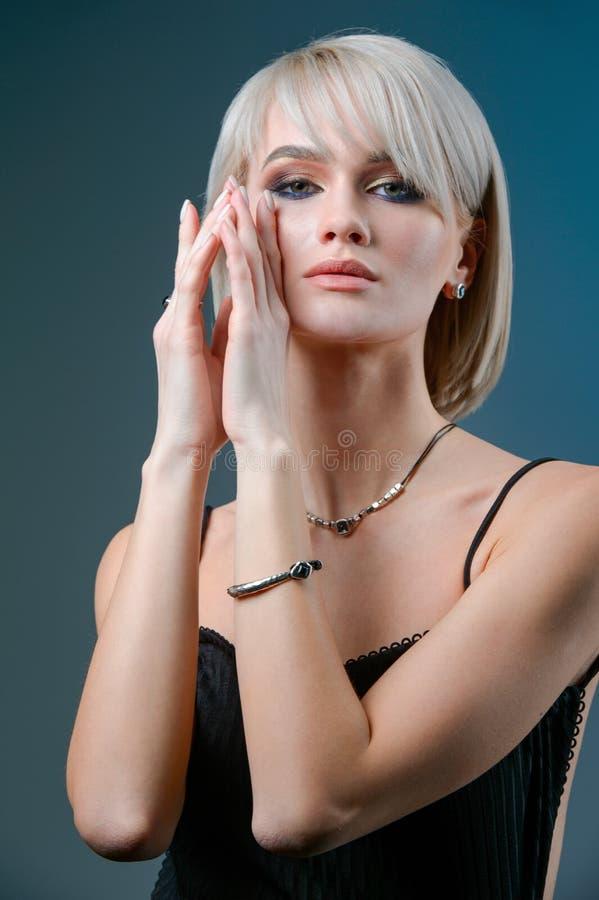 Forme el retrato de la mujer rubia con el maquillaje y el collar de la joyería, primer de la cara imagen de archivo libre de regalías