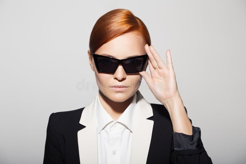 Forme el retrato de la mujer seria vestido como agente secreto imágenes de archivo libres de regalías