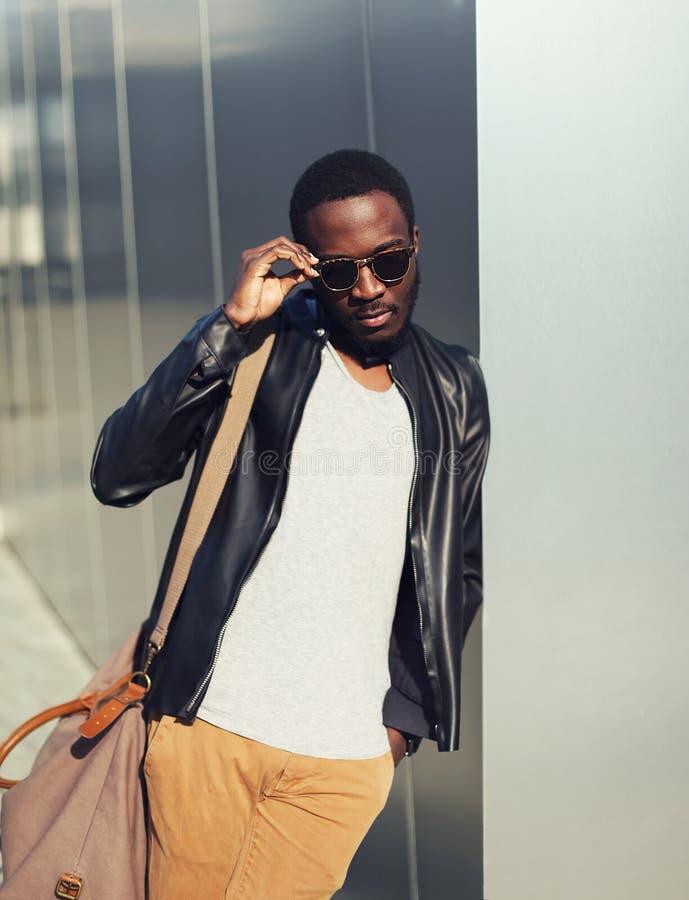Forme el retrato de las gafas de sol que llevan del hombre africano joven elegante foto de archivo