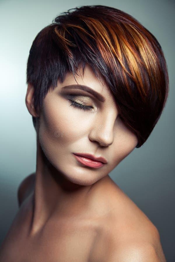 Forme el retrato de una muchacha hermosa con el pelo teñido coloreado, coloración del cabello corta del profesional fotos de archivo