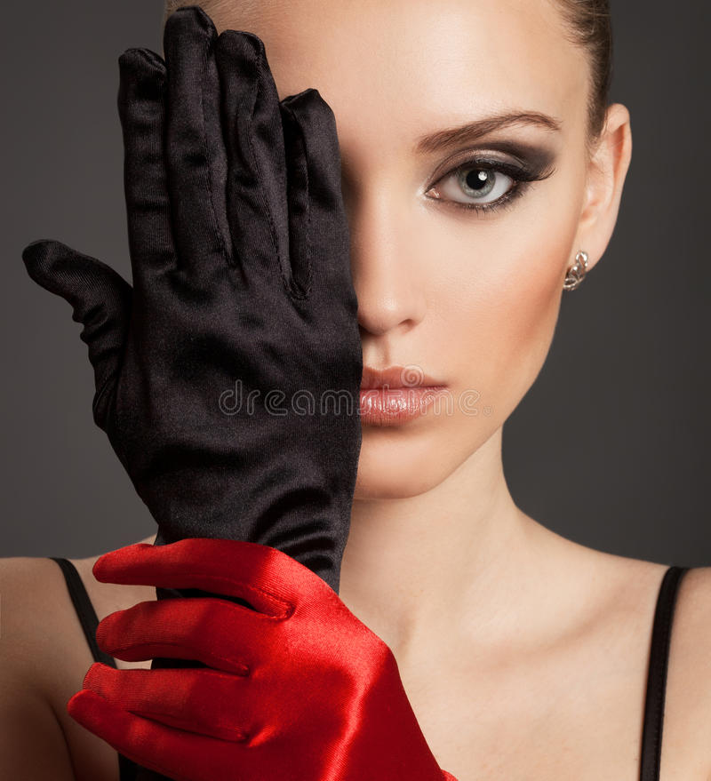 Forme el retrato de una mujer hermosa en guantes foto de archivo libre de regalías