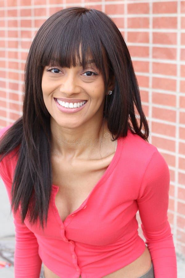 Forme el retrato de una sonrisa hermosa joven de la mujer de pelo oscuro imágenes de archivo libres de regalías