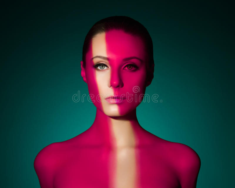 Forme el retrato del arte de la mujer joven desnuda elegante foto de archivo