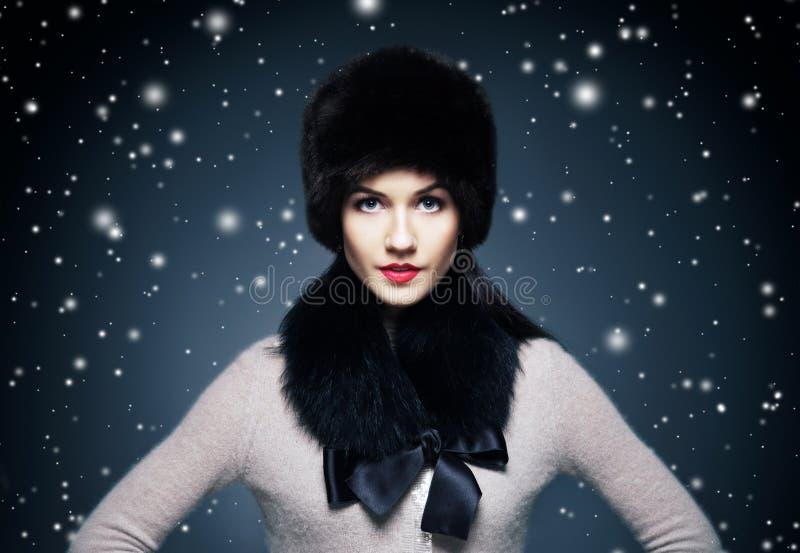 Forme el retrato del estilo de una mujer en piel elegante del invierno imagen de archivo