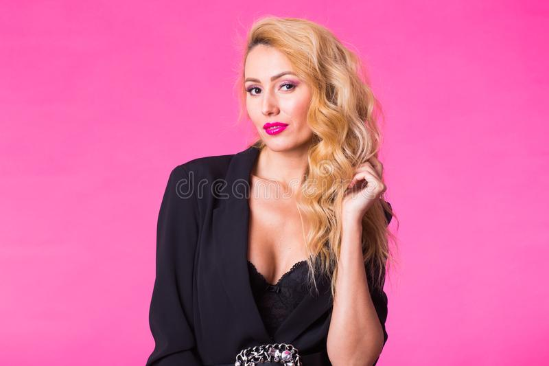 Forme el retrato del estudio de la mujer sensual hermosa con el pelo rubio con maquillaje de la tarde foto de archivo