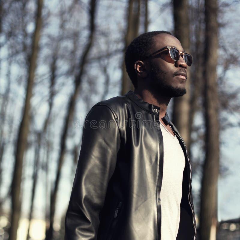 Forme el retrato del hombre africano hermoso en chaqueta de cuero negra fotografía de archivo