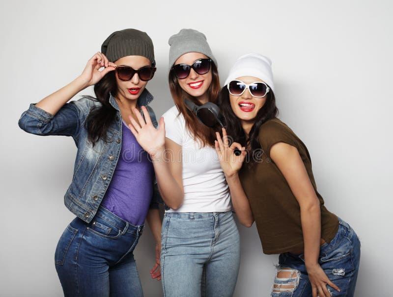 Forme el retrato del mejor amigo atractivo elegante de tres muchachas del inconformista imagen de archivo